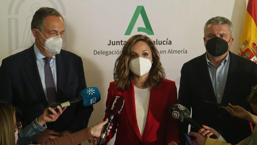 Maribel Sánchez, en el centro, tras la reunión de hoy en la Junta.