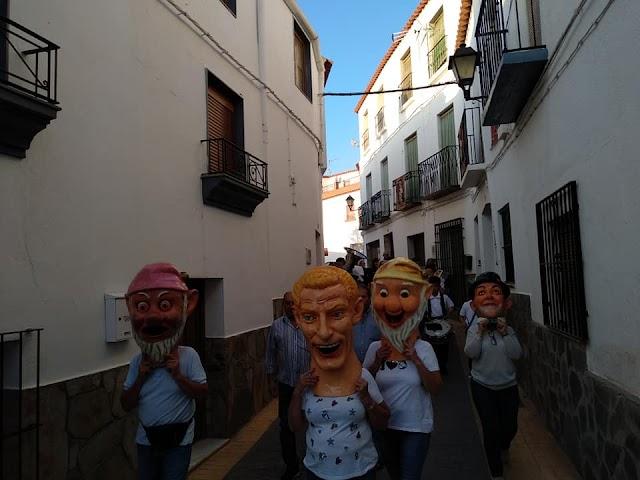 La Diana con los cabezudos recorrió las calles y plazas de Laujar.