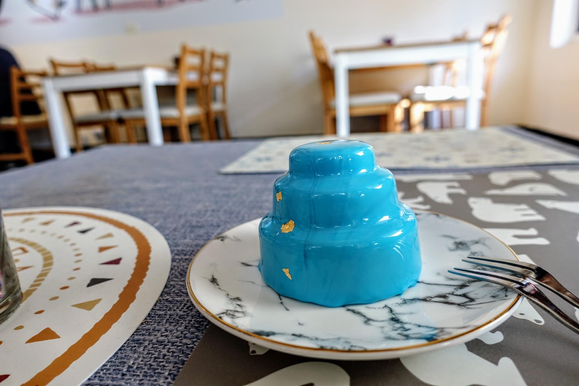 三層塔型蛋糕! 一樣也是個漂亮的小物! 呈現tiffany藍的色調,上頭還有金箔喔