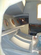 Photo: le banc de matossage tribord et la couchette en prolongement