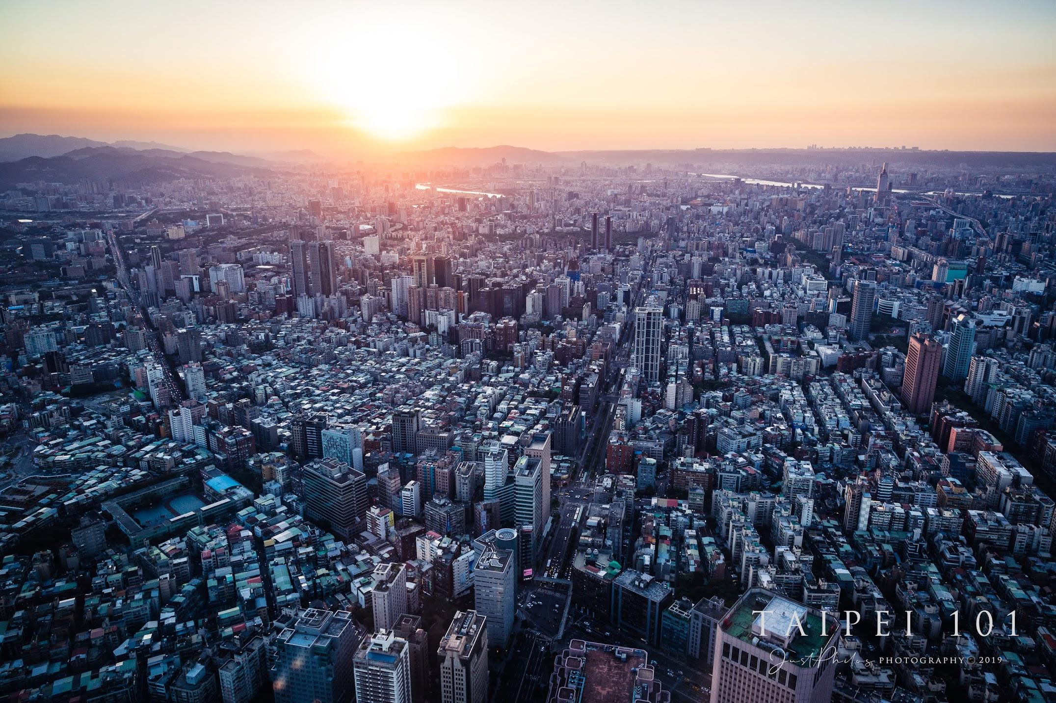 日落時刻登上台北101觀景台,可以更無遮蔽的欣賞高樓的日落時分。
