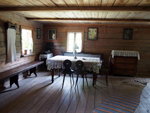 Photo: Suvalkijoje žmonės gyveno mandriau - stalai buvo tekintomis kojomis, komodas ir stalus puošė nertos staltiesės, o kartais užgrodavo ir gramofonas :)