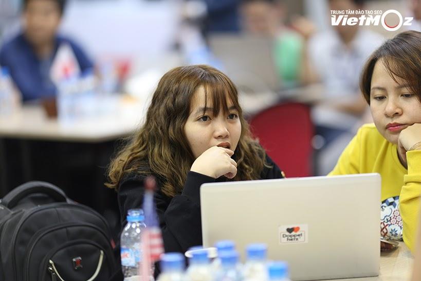 Học viên nữ xinh xắn của lớp