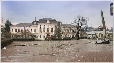 Photo: Piata 1 Decembrie 1918, Monument inchinat Eroilor Revolutiei din 22 Decembrie 1989 si Nr.28 - Primaria Municipiului Turda - 2018.01.29