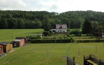 Photo: Blick vom Wohnzimmer in den Garten mit Waescheplatz im Vordergrund.
