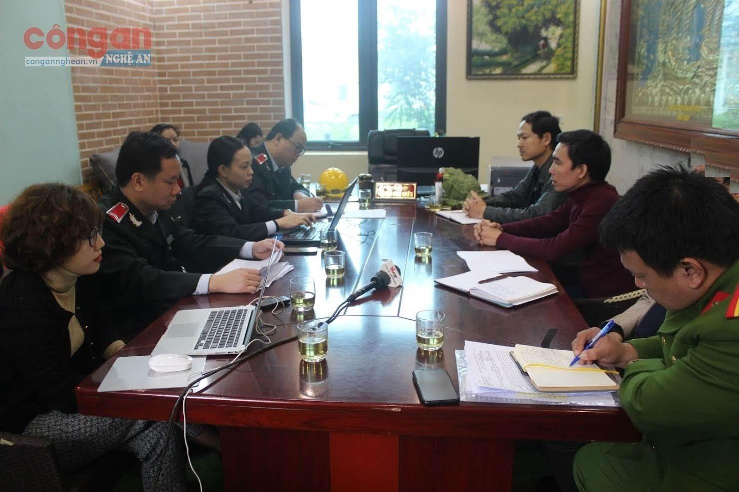 Tại buổi làm việc với Đoàn thanh tra chuyên ngành vào ngày 17/2, ông Trần Ngọc Hà (ở giữa bên phải) phân trần lý do Xí nghiệp làm ăn thua lỗ dẫn đến mất kiểm soát về tài chính