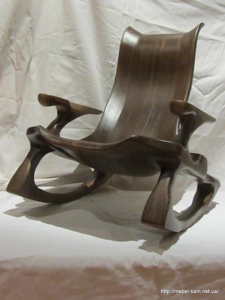 Кресло склеивается из большого количества фанерных заготовок, а потом все лишнее сошлифовывается и выполировывается