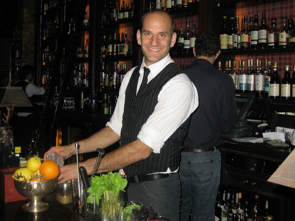things-to-look-for-in-a-good-sports-bar-Hot Bartenders