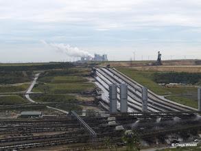 Photo: Im Hintergrund eines der Kohlekraftwerke, die auf die Kohle warten.