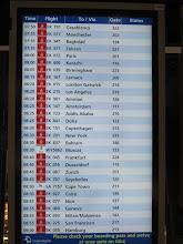 Photo: Tableaux d'affichage indiquant les départs de vols, par exemple le notre à 08h45 par le vol Emirate EK 087 à la porte d'embarquement N° 203