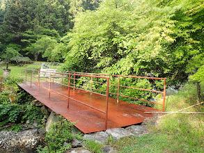 鉄板の橋を渡る