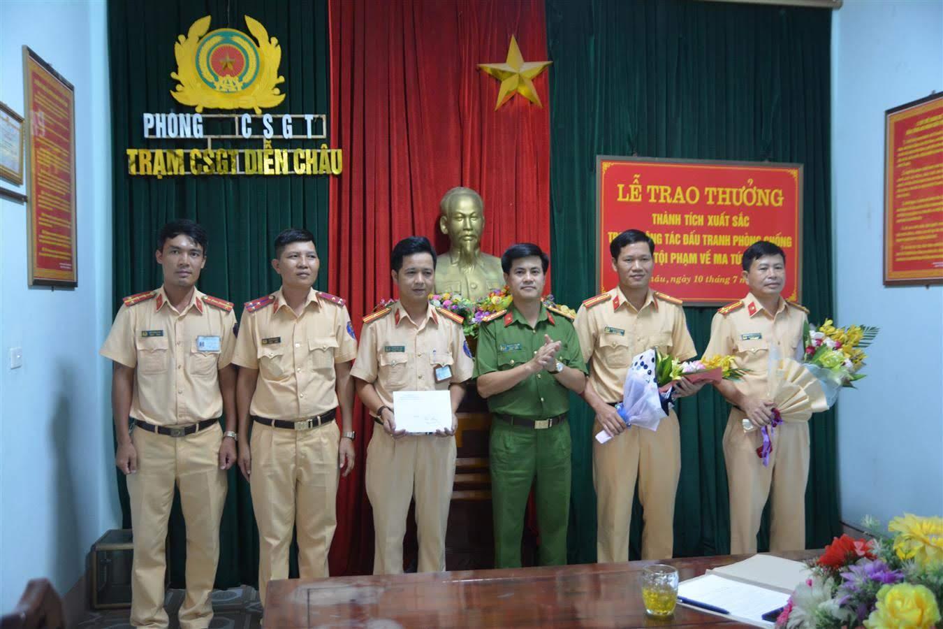 Đại tá Nguyễn Đức Hải, Phó Giám đốc Công an Nghệ An đã tặng hoa chúc mừng cán bộ chiến sĩ Trạm CSGT Diễn Châu