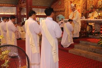 Ký sự: Thánh lễ truyền chức linh mục và mừng ngân khánh 25 năm linh mục Đức Cha giáo phận