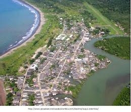 """Photo: Vista aérea de Nuquí """"Moderno"""". Tomada de: http://www.posadasturisticasdecolombia.com/destino/nuqui-colombia/"""