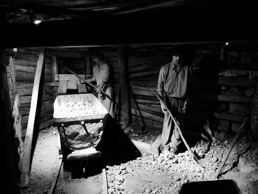 Il duro lavoro dei distruttori di roccia. di claudio_sposetti