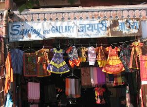 Photo: Katukauppaa Varanasissa