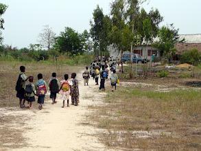 Photo: les enfants de retour à la maison, souvent accompagnés par les instituteurs, tant le chemin est long.
