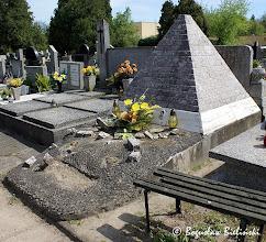 Photo: Ciekawym przykładem architektury sepulkralnej, odbiegającym od form powszechnie stosowanych, jest na łódzkim Cmentarzu św. Franciszka, pomnik w kształcie staroegipskiej piramidy nad grobem Wacława Januszkiewicza (1911 - 1962) i Agnieszki Januszkiewicz (1913 - 1983). Na łódzkich cmentarzach są tylko dwa tego typu pomniki, drugim jest piramida nad grobem Edwarda Heiman-Jareckiego (+1933) w katolickiej części Cmentarza Starego przy ul. Ogrodowej - zobacz  zdjęcie: https://picasaweb.google.com/boguslawster/CmentarzStaryWOdziCzescKatolicka#5280296516047410546