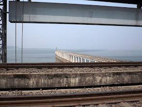 Photo: Bei Farakka überqueren wir den Ganges auf einer 2,5km langen Brücke. ...
