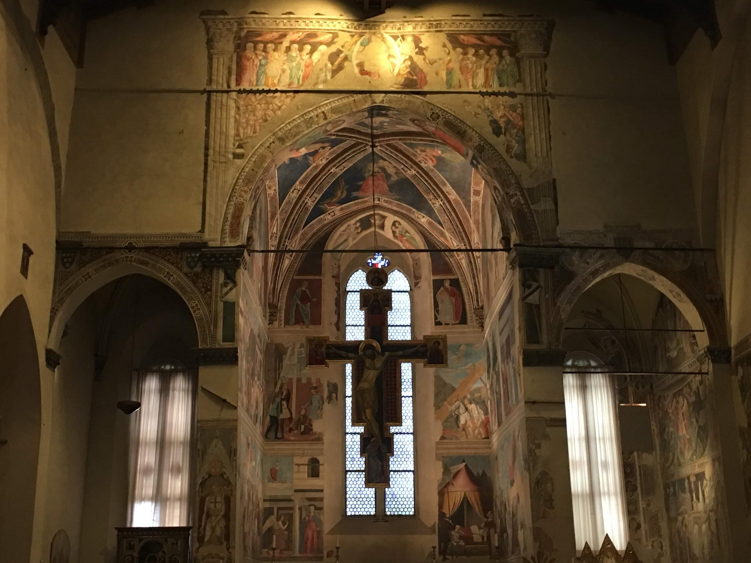 Interno della Basilica di San Francesco, Arezzo, con il Crocifisso del Maestro di San Francesco