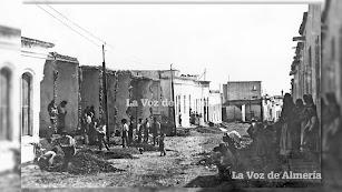 La parte alta de la calle de Regocijos después del paso de las aguas desbocadas de la Rambla de Alfareros en la terrible inundación de 1891.