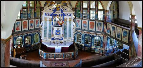 Photo: farbenprächtige Innenausstattung des Patronatsgestühls der achteckigen Dorfkirche in Weisdin aus dem Jahre 1747 ist von vielen, aktiven Holzwürmern bedroht. Die Kirchturmlaterne wackelt im Wind.