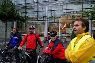 Photo: 6) Kolem městské knihovny vede hlavní příjezdová cesta do centra Liberce. Průjezd je však pro cyklisty velice komplikovaný a nepřehledný. Vyjímkou nejsou ani časté kolony aut.