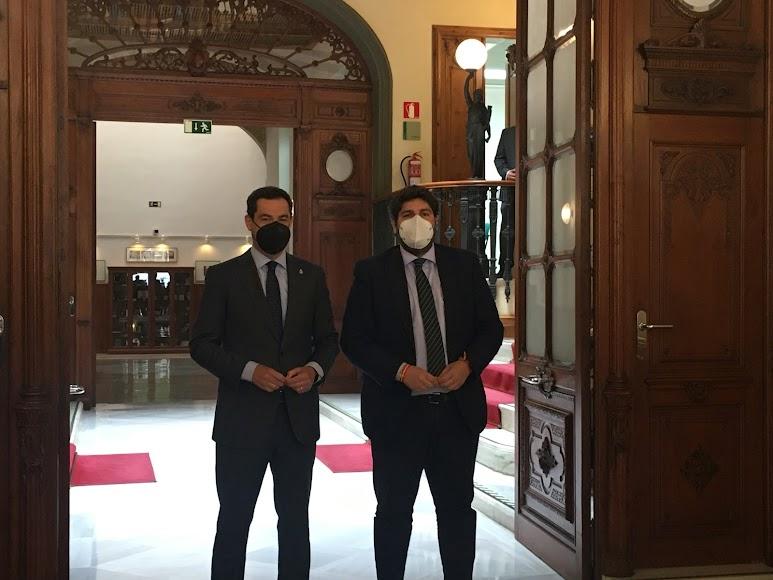 Juanma Moreno y Fernando López Miras a su llegada a la reunión.