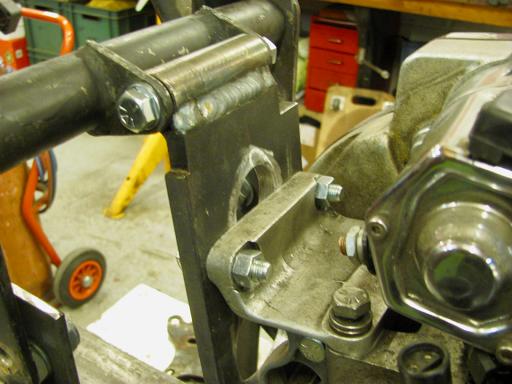 Fixation arrière du moteur Sportster dans le cadre Featherbed.