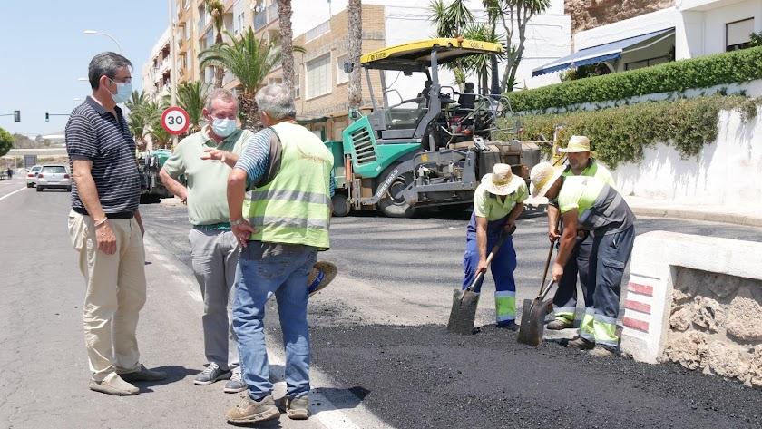 Trabajos de pavimentación en La Caracola (Adra).