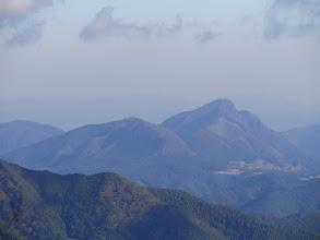 倶留尊山(右)、古光山(左)、奥は鈴鹿方面
