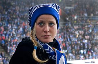 Photo: Fußballfreundin mit Zipfelmütze der Fans im Stadion
