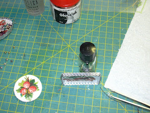 Photo: plak de dubbele stikker langs de boven rand van het plankje ( de plaatjeskant) het moet ongeveer 2mm uitsteken dus erg op de rand plakken