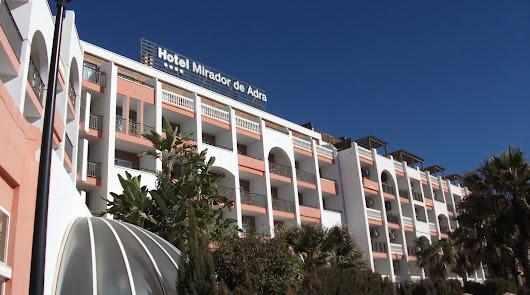 Un fuego en el antiguo hotel de Adra obliga a desalojar a 10 personas