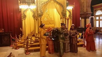 Photo: Vi starter 10 dages rundtur på sultanens palads i Medan, hvor man kan leje diverse outfits og blive fotograferet