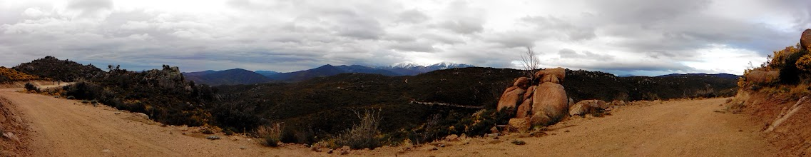 Photo: Vue panoramique.... il y a de la neige sur les sommets...