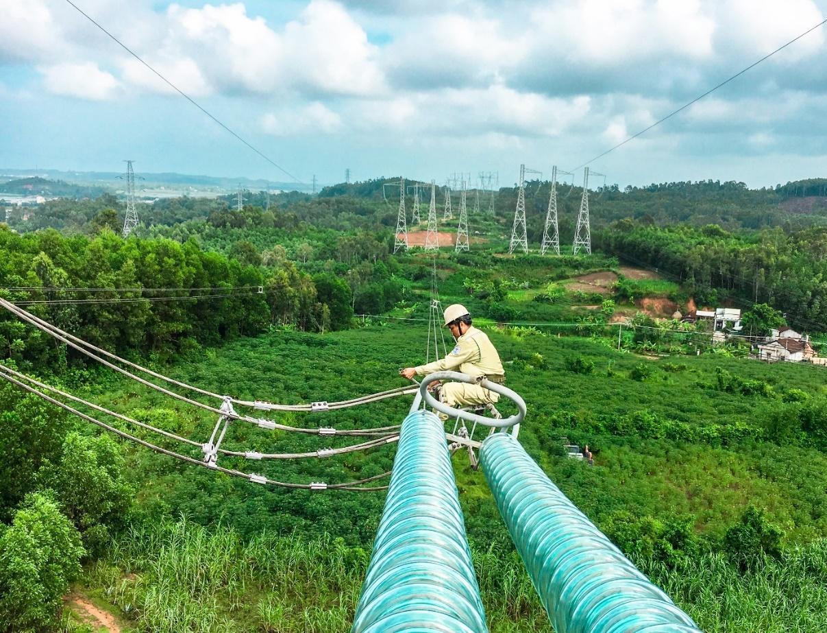 Kiểm tra chuỗi cách điện đường dây 500 kV.