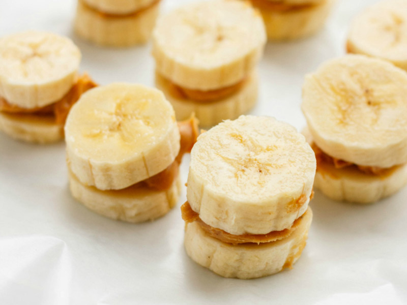 Banana and peanut butter makes a filling and super healthy snack that eliminates hunger.