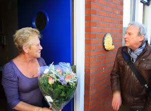 Photo: Annie Knaap van de ouderenwoongroep wordt verrast met een bloemetje, ze viert vandaag haar 65e verjaardag.