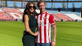 Romina Belluscio y Guti, este miércoles en el estadio del Almería. (Foto: @rominabelluscio1)