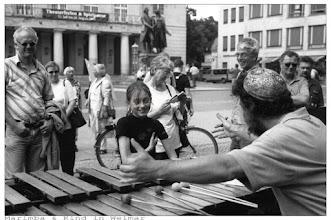 Photo: Marimbaspieler und das Mädchen in Weimar - Strassenmusiker Alex Jacobowitz Yiddish Summer - Klezmer Workshops und Jam Session