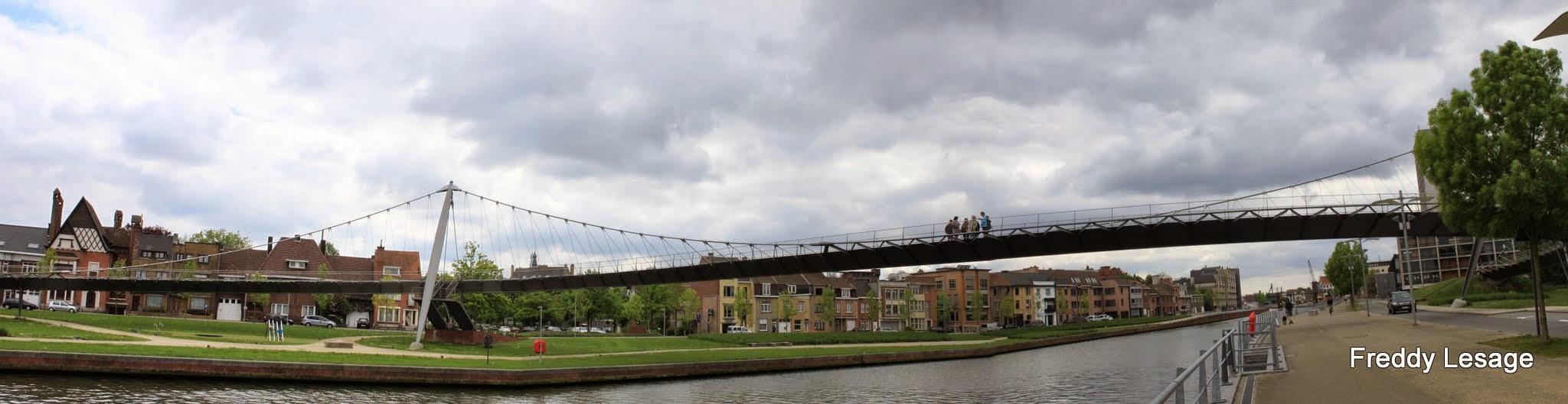 Photo: De slingerbrug over de Leie, voor wandelaars en fietsers, is een van de mooiste bruggen en het symbool van deze stadsvernieuwing