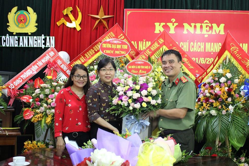 Bảo hiểm xã hội tỉnh Nghệ An chúc mừng Báo Công an Nghệ An