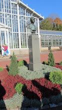 Photo: Puutarhan perustajan monumentti.
