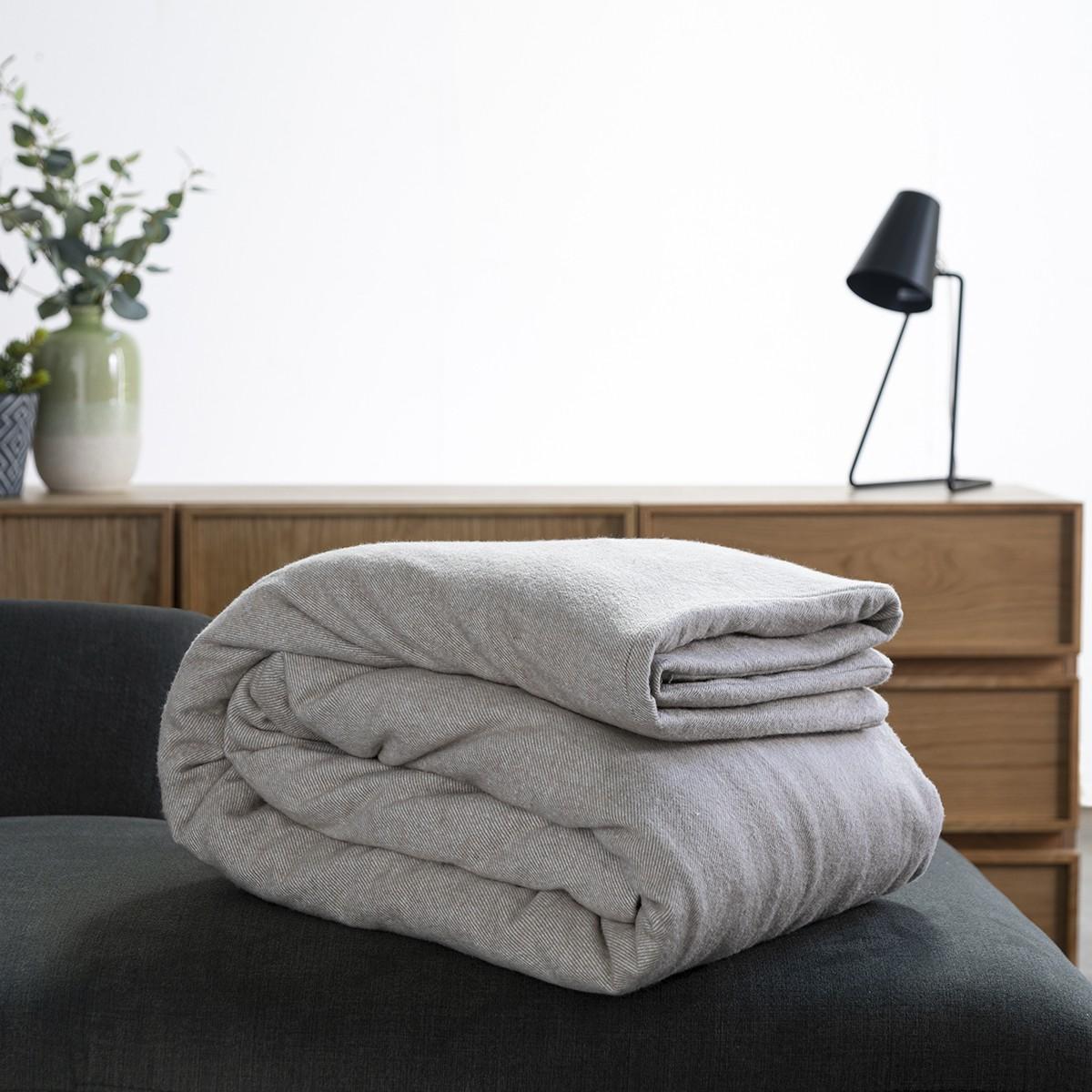 L'innovazione nella sleep economy italiana portata dalla coperta ponderata di HeyNight, mostrata piegata arrotolata su un letto. Fonte: HeyNight