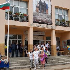 79 by Georgi Kolev - People Group/Corporate ( цветя., сграда., флаг., хора., цветове. )