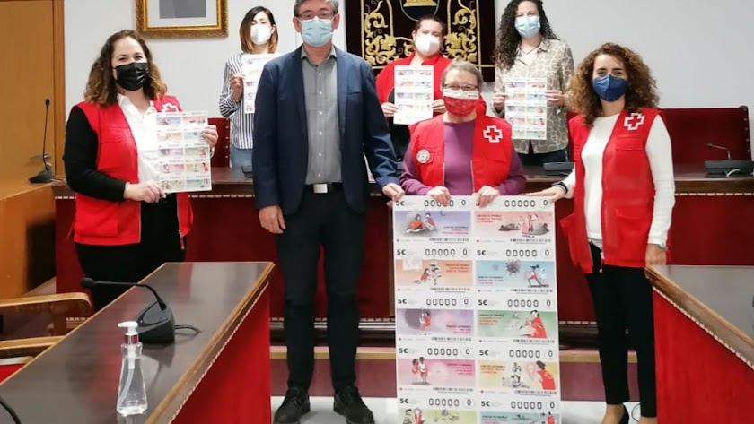 El alcalde y las concejalas apoyando el sorteo.