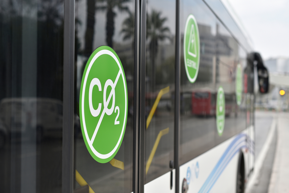 Ônibus elétricos são soluções sustentáveis de mobilidade urbana. (Fonte: Shutterstock/alexfan32/Reprodução)