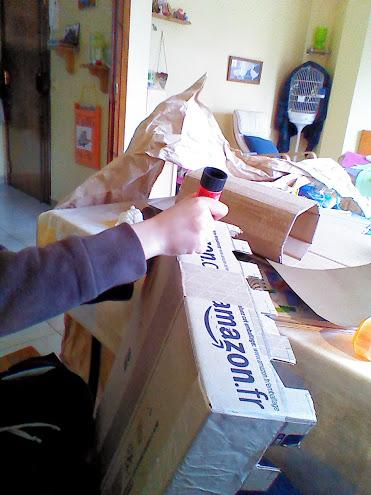 Encolamos la caja y pegamos el papel de embalar.