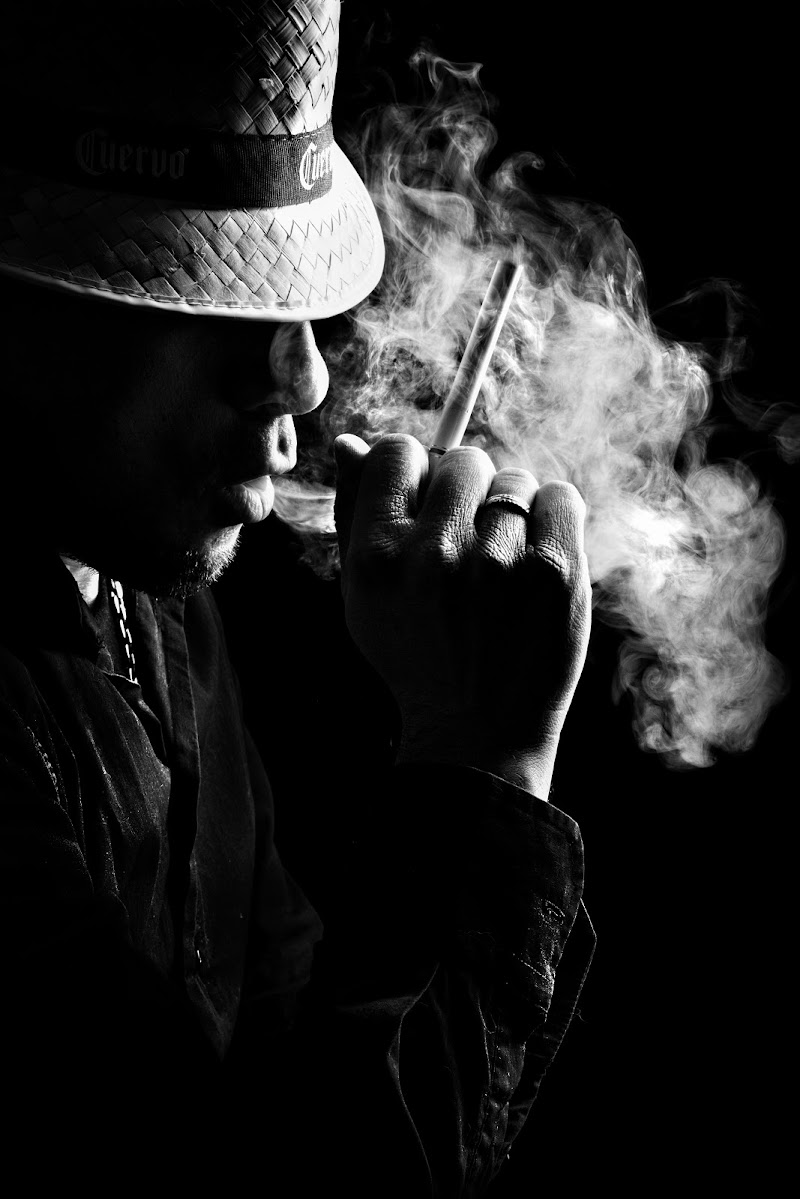 Man with smoke di Nico Angeli Photography